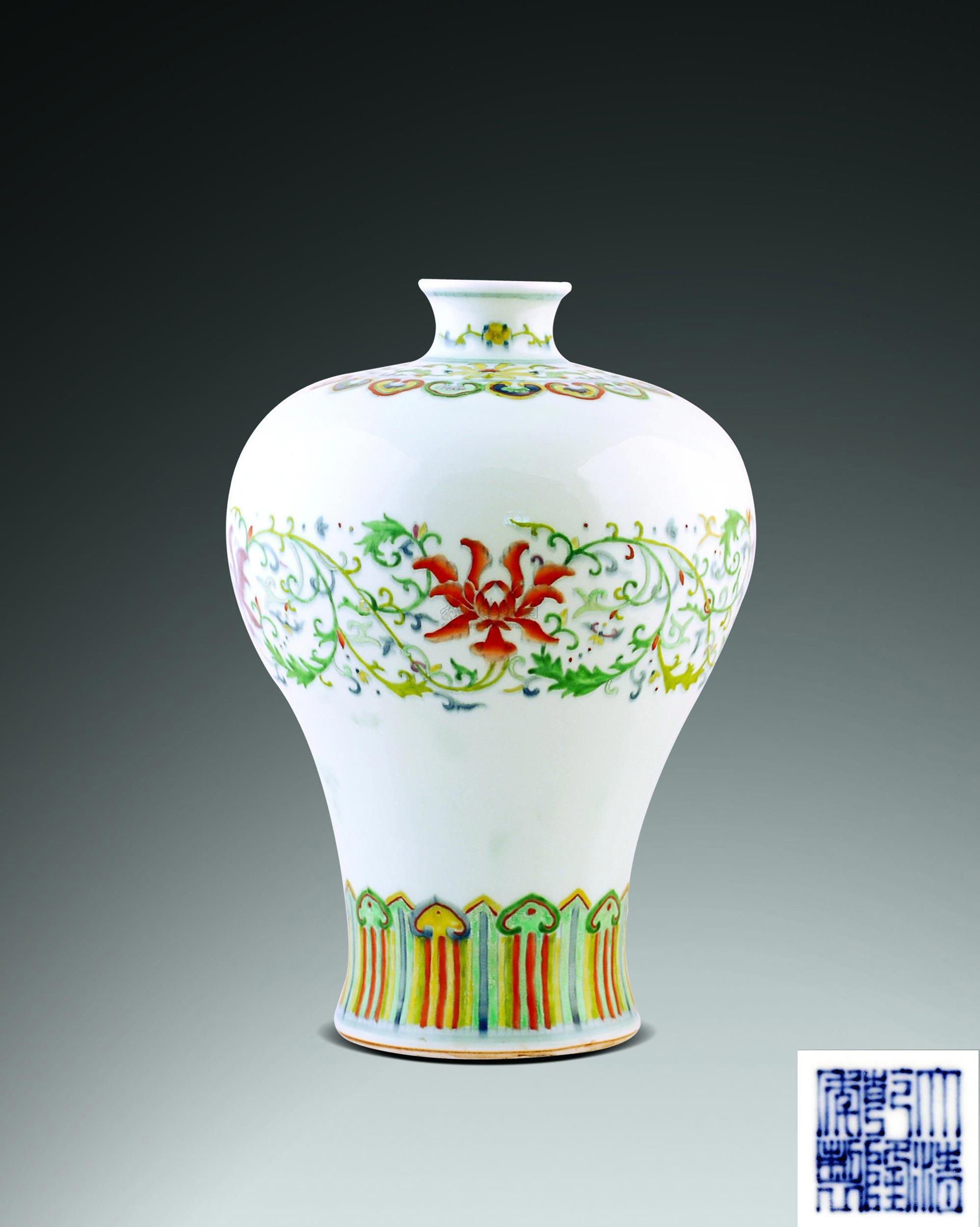 0384 清 斗彩缠枝花纹梅瓶