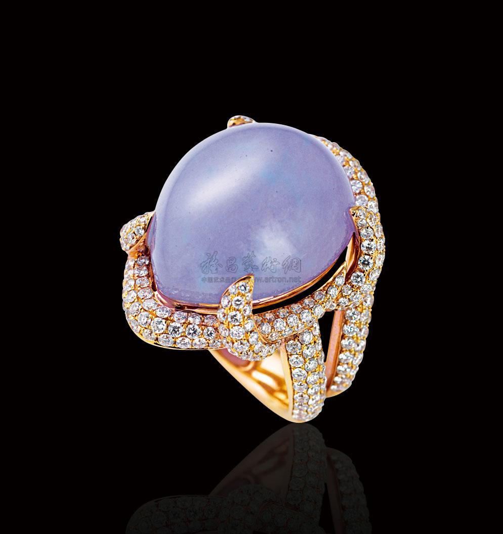 说明:摘取那生长在水边的紫色小花,赠与我最爱的人,希望那香味永远萦绕着你,让你不忘记我那真诚的爱。 此件勿忘我翡翠戒指,紫色娇艳可爱、质地细腻致密、内部纯净。戒爪、戒托与戒圈都镶嵌着钻石,无论从哪个方向都可见其璀璨夺目的一面。钻石的奢华与翡翠的古典相结合,使此款戒指更显独特之美。 规格:24.