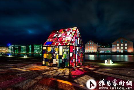 由抽象的幾何圖形構成的玻璃房子,就會反射周圍的光線,呈現出五彩繽紛