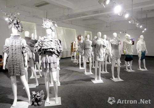"""以""""风行""""为主题的服装系毕业设计作品展,荟萃了181名毕业生的三百多件"""