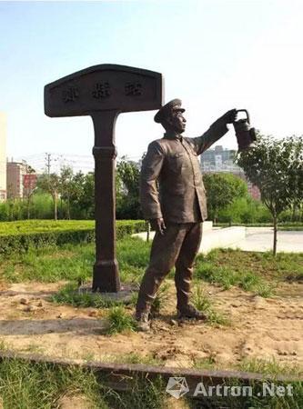 指引火车驶入郑县东站的铁路工人雕像