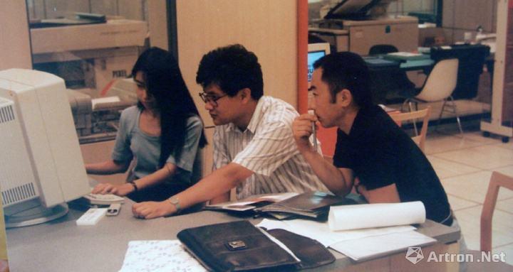 """1991年,""""新刻度小组""""作品《解析-1》参加日本福冈""""非常口""""的展览,图为王鲁炎在与技术人员于电脑上制作《解析1》"""