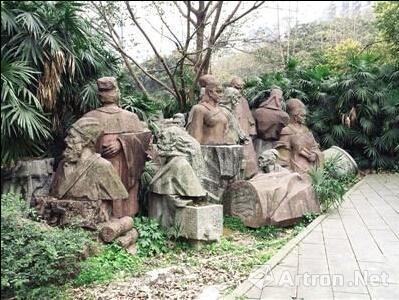 西山公园人形石雕堆放一处:吓哭小朋友