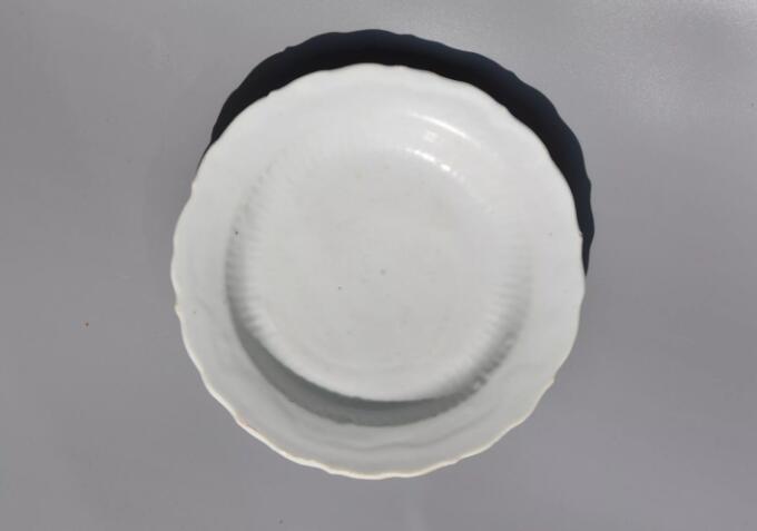 卵白釉菊瓣纹菱口盘